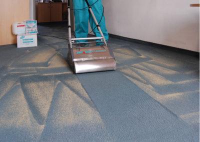 Woegenstein-Teppich-Trockenreinigung_Aufnehmen-des-verschmutzten-Reinigungsgranulats