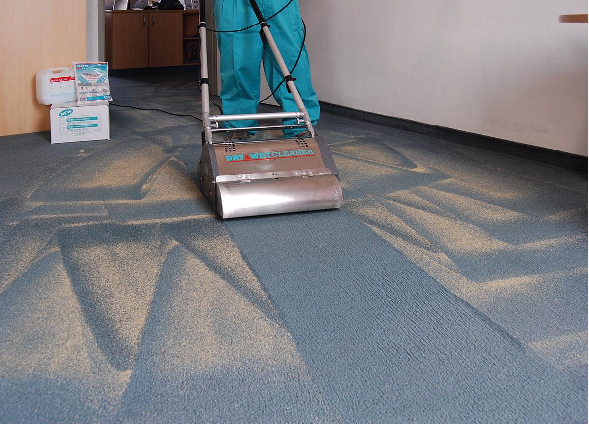 Woegenstein Teppich-Trockenreinigung_Aufnehmen des verschmutzten Reinigungsgranulats
