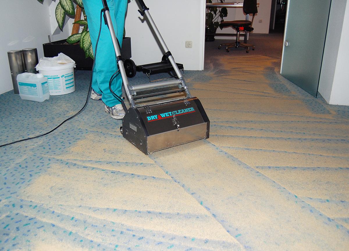Wögenstein Teppich-Trockenreinigung, Einbürsten der reinigungsaktiven Substanzen